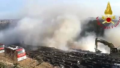 Mariano discarica i vigili del fuoco tra i rifiuti