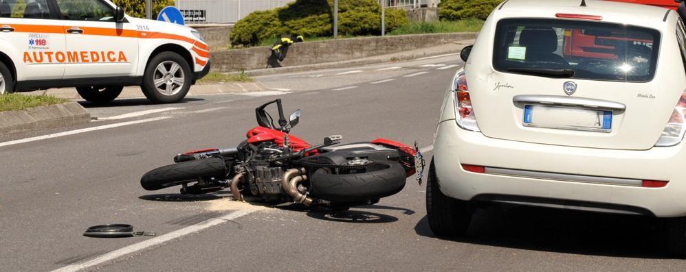 Scontro tra un'auto e una moto  Paura sulle strade in Valchiavenna
