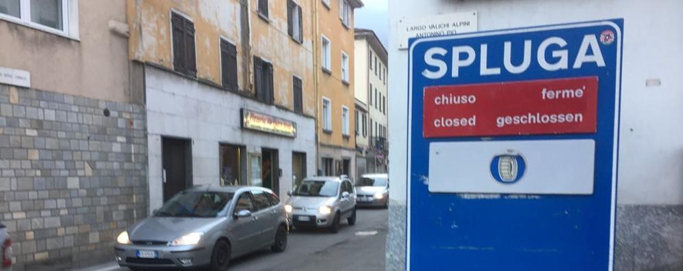 La strada è libera, ma il passo è chiuso  Fioccano le proteste a Montespluga