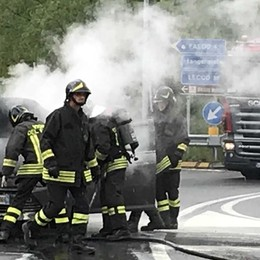 Sondrio, auto prende fuoco in prossimità del passaggio a livello in località Trippi