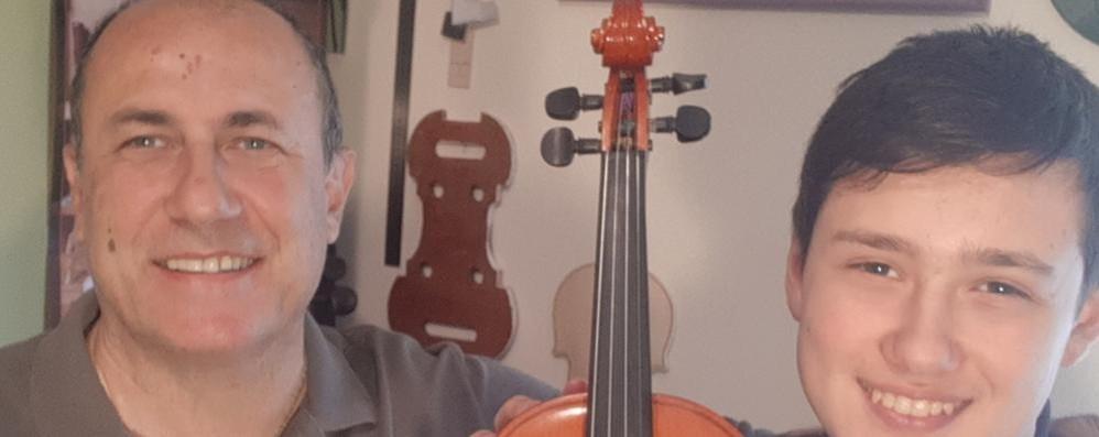 La borsa di studio arriva con il violino  realizzato dal papà