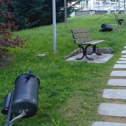 Sondalo, cestini abbattuti dai vandali nei giardini lungo il Rio
