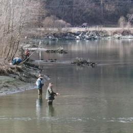 Pescatore bloccato dall'acqua su un isolotto, intervento per portarlo a riva