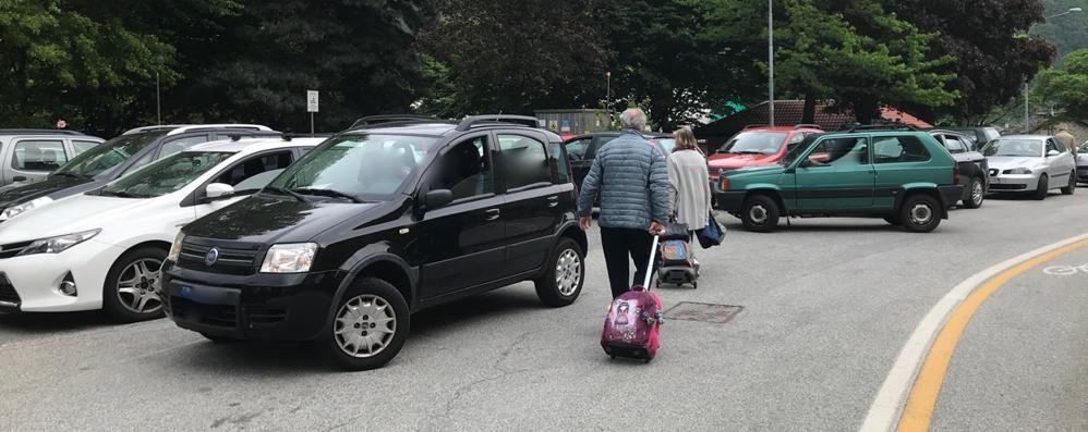 Parcheggio selvaggio a Chiavenna, vicino alle scuole monta la protesta