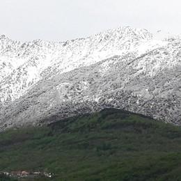 Risveglio con freddo e neve  Una cornice bianca sui monti