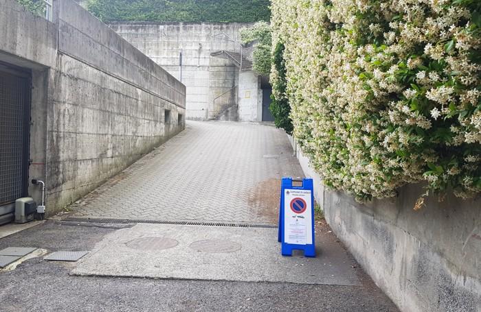 Il parcheggio nelle vicinanze di Villa Oleandra chiuso al pubblico