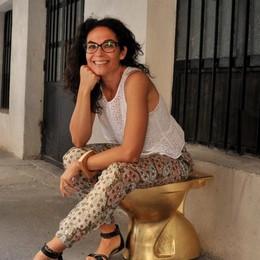 Chiavenna, water d'oro nella via: «In questo modo denuncio il degrado»