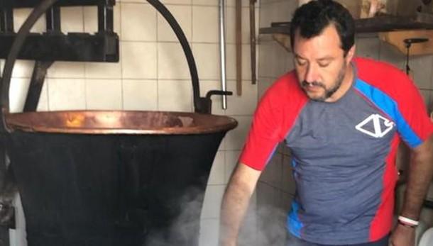 Relax all'Alpe Olano per Salvini  Fa il casaro, e la ricotta, sulla Via del Bitto