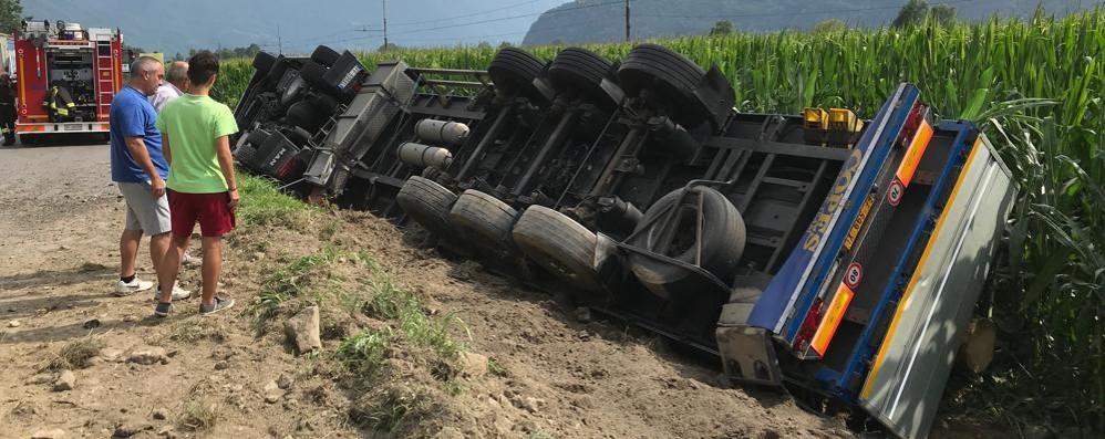 Camion esce di strada e si ribalta  Disagi sulla statale 36 a Samolaco