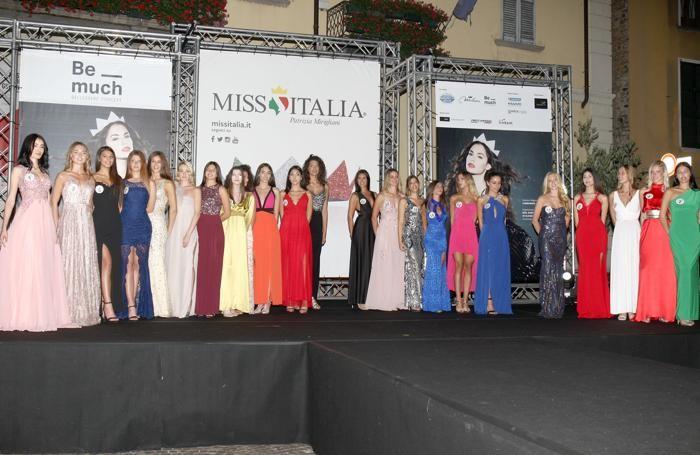 Le aspiranti miss sul palco di piazza Paracchini a Dongo