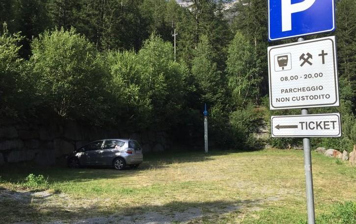 Parcheggi a pagamento vuoti a Chiareggio, ma tante auto in paese
