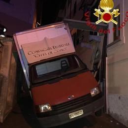 """Furgone contro balcone a Lanzo  Demolito per """"liberare"""" il veicolo"""