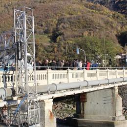 Un ponte provvisorio al costo di 330mila euro: «Una contraddizione»