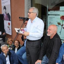 """Folla per Sgarbi: «Queste """"Stazioni"""" vi faranno felici»"""