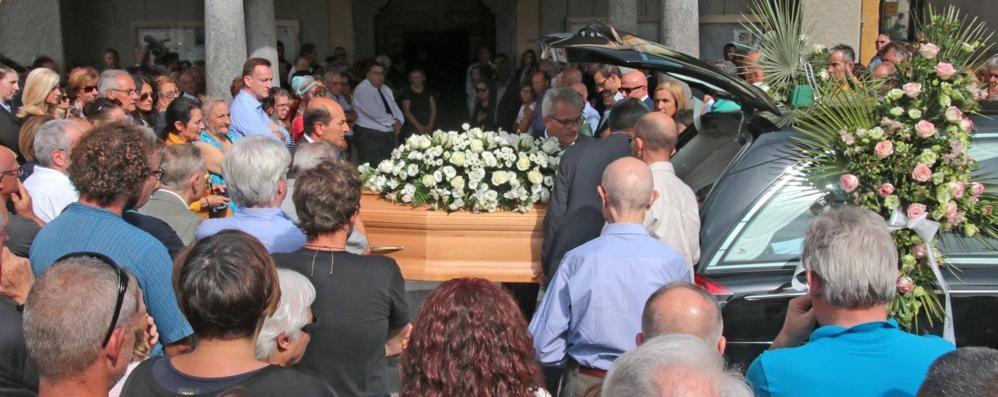 Una folla per l'addio a Nicola: «Continua a sorridere»