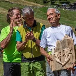 """In 450 alla """"Saór de Rèzel"""" nel Parco. Premiato il decano delle guide alpine"""