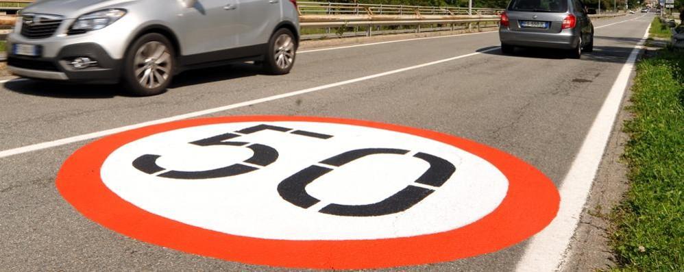 Non si può sbagliare: segnali grandi come una corsia a Chiavenna