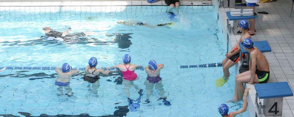 Scade la gestione della piscina, incertezza sui corsi