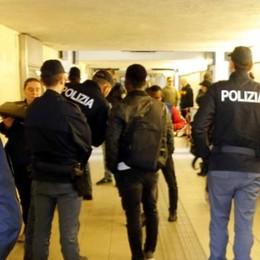 Lecco, picchia due donne in stazione La Polfer lo rintraccia e lo ferma  Ecco il VIDEO dell'aggressione