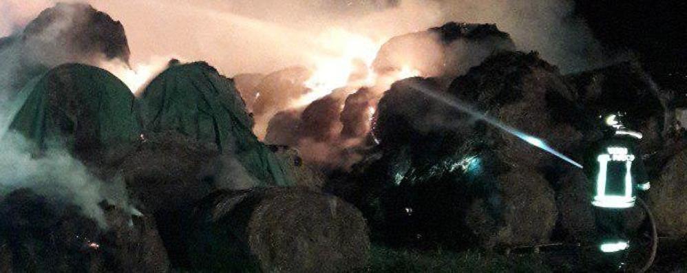 Duemila quintali di fieno in fiamme: si indaga sul rogo a Piateda