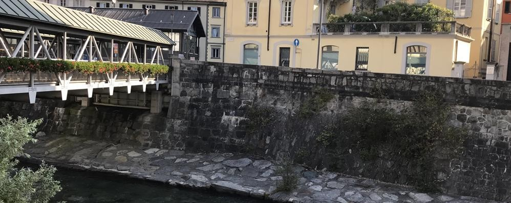 Si arrampica sul tetto del ponte mobile e cade nel Mallero