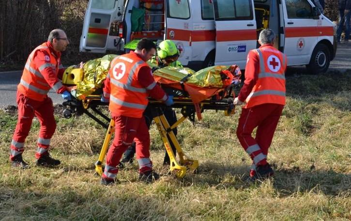 Cade da una scala in cantiere a Berbenno, grave un operaio di 52 anni