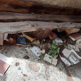 Spazio libri e fioriera distrutti in Valtartano: «Volumi per tutti, che scempio»