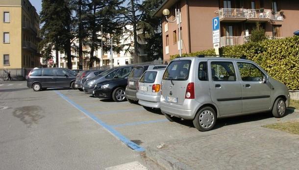 In città è arrivato l'ausiliare del traffico  «Non controllerà soltanto i parcheggi»