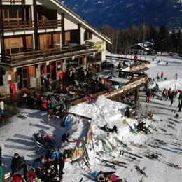 Sbanda e sfonda le reti di protezione, paura per uno sciatore di dodici anni