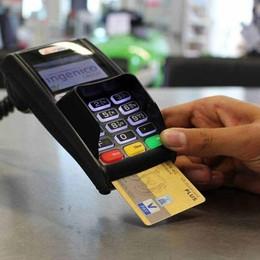 Trova bancomat con pin e preleva  Dopo finge di restituirlo: denunciato