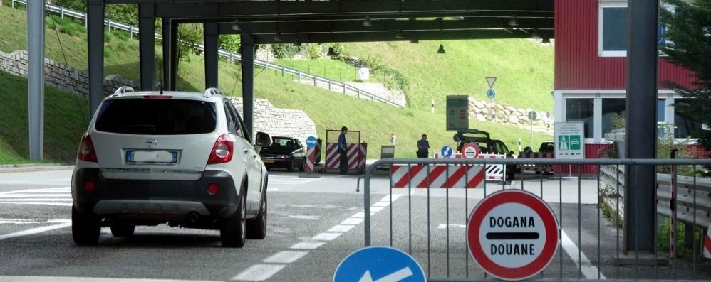 Poche protezioni  «E i frontalieri si contagiano»