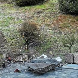 Teglio, masso cade  nel giardino di casa  Famiglia evacuata