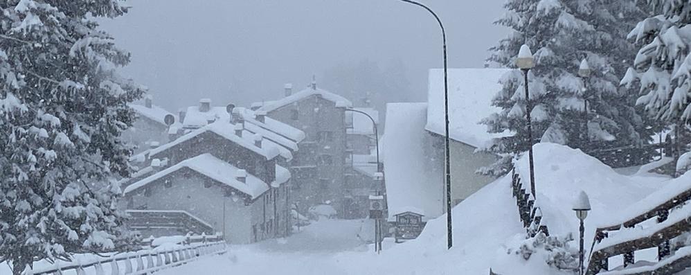 La neve è arrivata  Problemi al traffico  Chiuso il Maloja