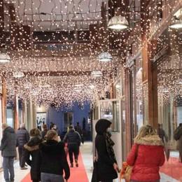 La pioggia rovina  i regali di Natale  In pochi nei negozi