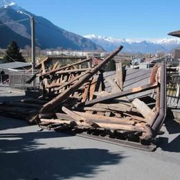 Il vento sradica il tetto  Muore sotto le lamiere