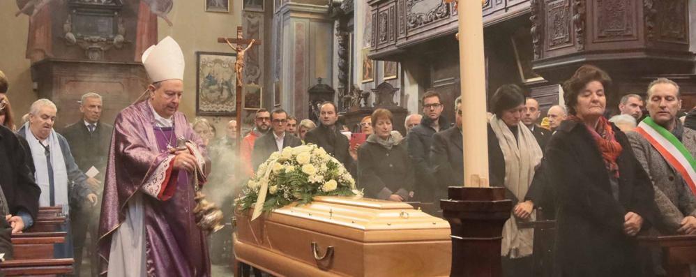 Traona, il vescovo e rose gialle  per l'addio a suor Anna