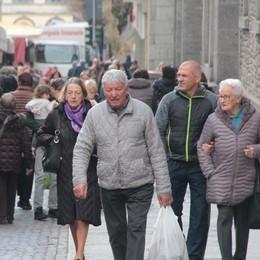 Sondrio, mercato in città  Gente e malumore  «Perché i divieti al sabato?»