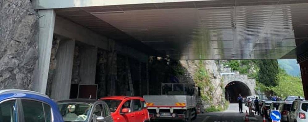 Da Menaggio a Lugano per lavorare  I frontalieri salgono sui pulmini