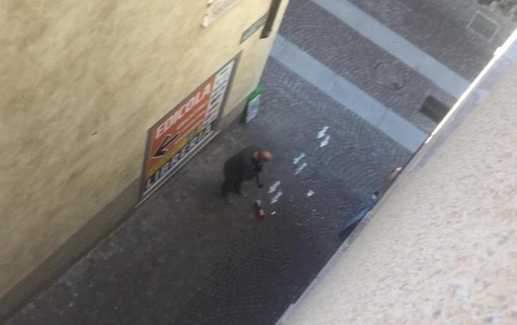 Mozziconi giù dal balcone  «Niente rischi, solo inciviltà»
