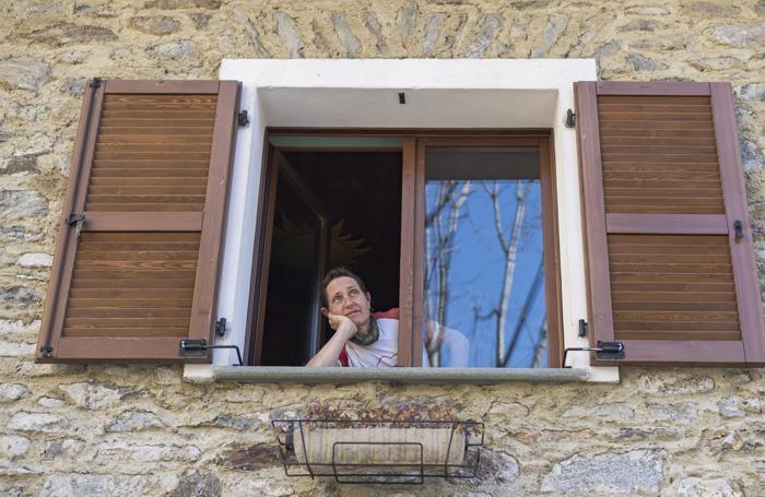 Cristina la casara alla finestra, in uno scatto di Emmie Collindge e Phil Gali