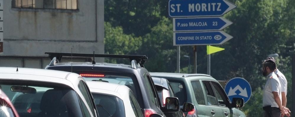 Frontalieri, i sindaci alla Svizzera  «Chiudete le attività  o blocchiamo le strade»