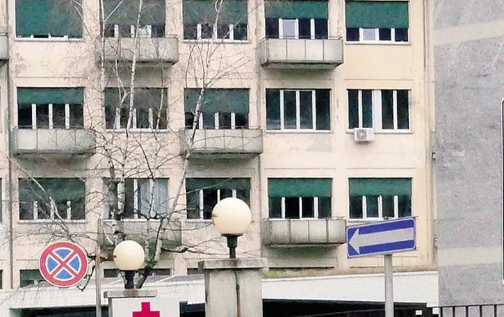 «Ore su una barella  fra i dolori»  Presenta un esposto in Procura