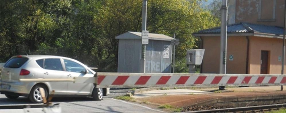 Auto incastrata  nel passaggio a livello  Scappano in tempo