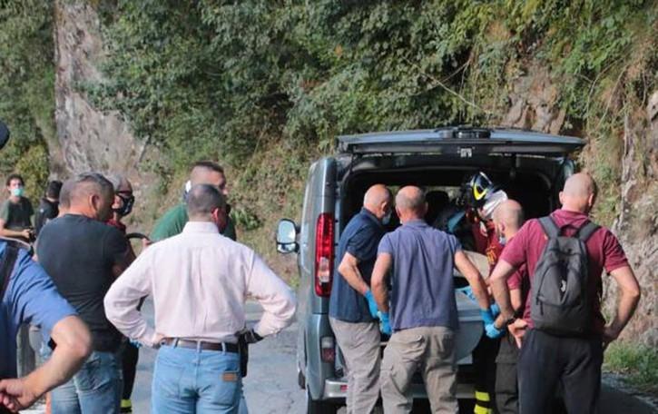 La fuga e la tragedia  Dal bosco spunta  zaino pieno di droga