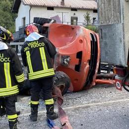 Si ribalta muletto su un camion e centra auto: caos e feriti ad Ardenno
