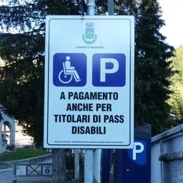 «Sosta a pagamento per i disabili»  Madesimo, cartello tolto in 48 ore