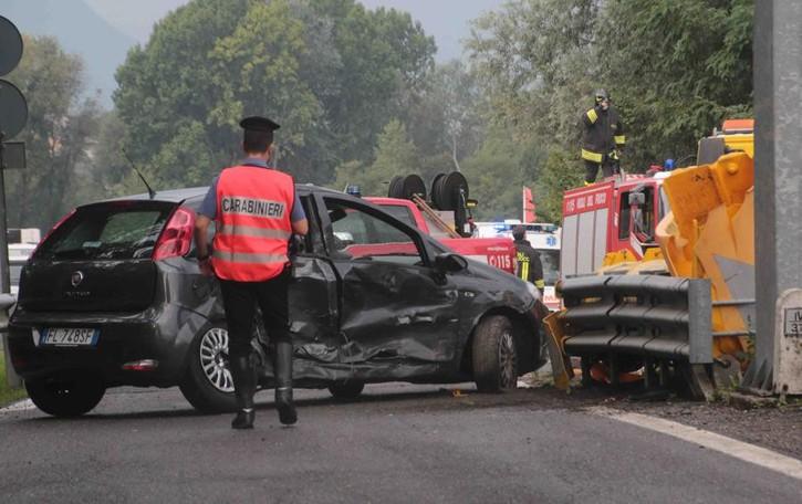 Incidente in tangenziale  Sei feriti, tre sono bambini