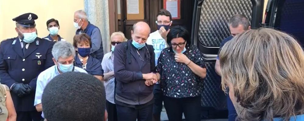 Don Roberto, la bara a San Rocco.  Poi la partenza per la Valtellina (video)