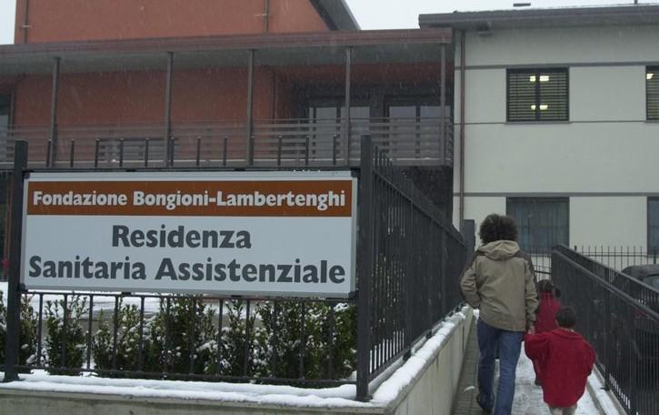 Dona 35mila euro agli operatori della Rsa  «Un gesto che ci ripaga di tanti sacrifici»