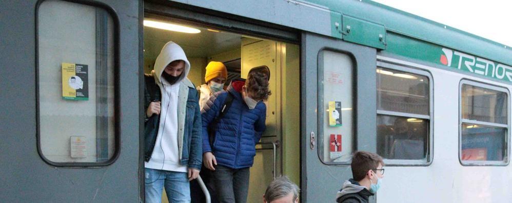 Treno dimezzato, ragazzi stipati  Trenord: «Colpa dello sciopero»